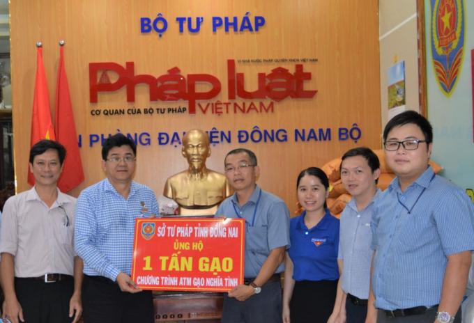 """Sở Tư pháp tỉnh Đồng Nai ủng hộ 1 tấn gạo cho chương trình """"ATM gạo nghĩa tình""""."""