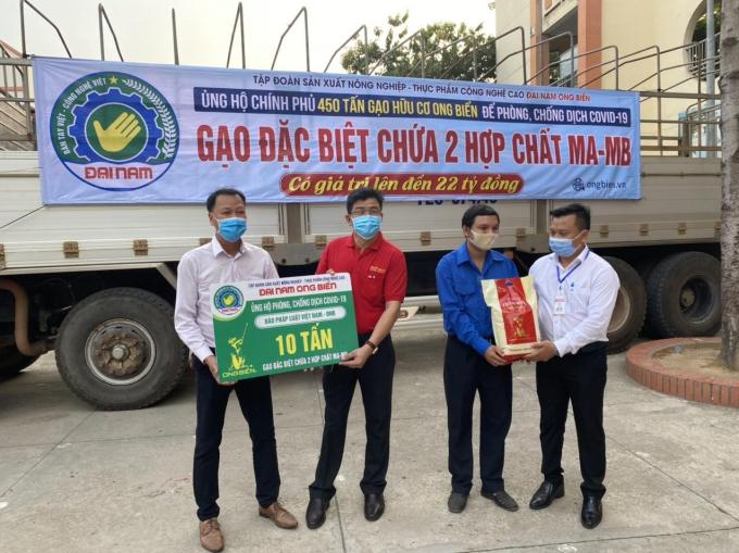 Tập đoàn nông nghiệp thực phẩm Công nghệ cao Đại Nam Ong Biển đã ủng hộ 10 tấn gạo.