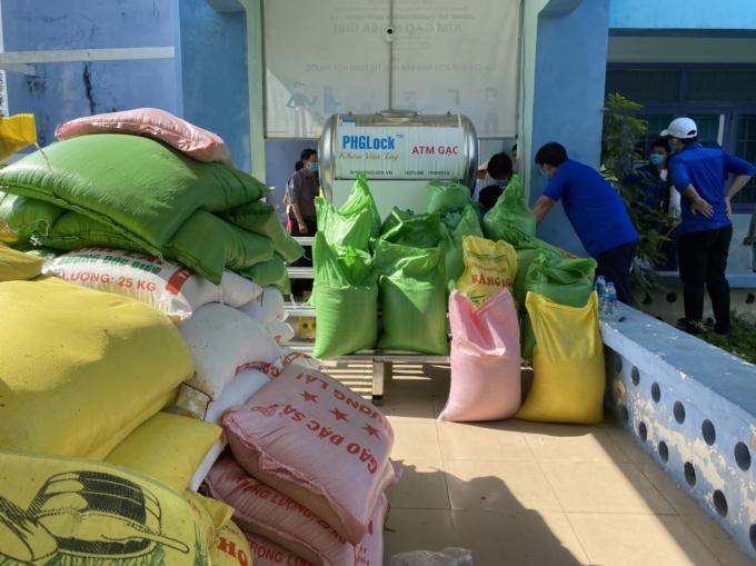 Rất nhiều mạnh thường quân hỗ trợ, đóng góp gạo cho chương trình.
