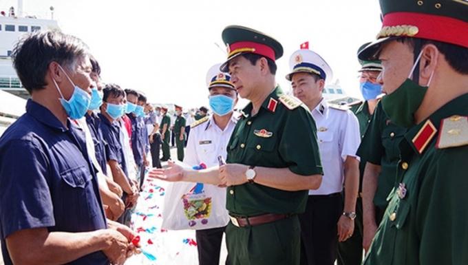 Thượng tướng Phan Văn Giang, Tổng Tham mưu trưởng Quân đội nhân dân Việt Nam, Thứ trưởng Bộ Quốc phòng tặng quà, động viên ngư dân khi về đất liền. Ảnh: Báo Quân đội nhân dân.