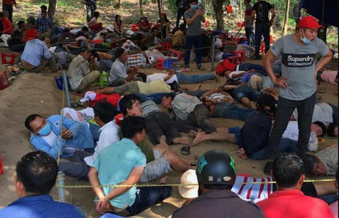 Lực lượng công an bắt giữ 140 đối tượng tham gia đánh bạc.