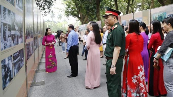 Triển lãm những hình ảnh tư liệu quý về Chủ tịch Hồ Chí Minh. (ảnh: K.MINH)