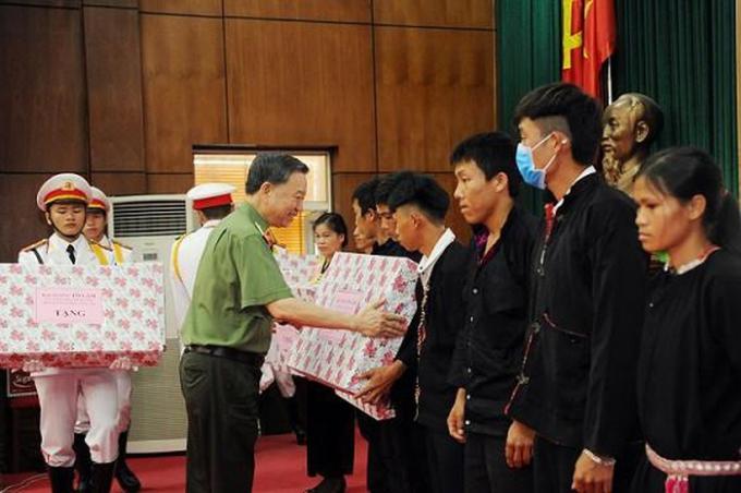 Bộ trưởng Tô Lâm trao 10 suất quà tặng 10 hộ gia đình tiêu biểu huyện Mường Nhé