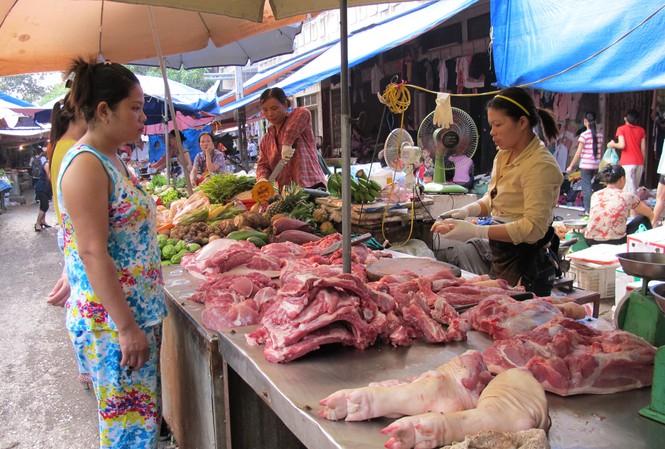 Theo Bộ NN&PTNT, giá thịt lợn từ người chăn nuôi đến tay người tiêu dùng phải qua 2-5 khâu trung gianẢnh: Bình Phương