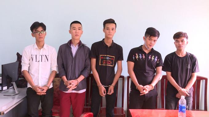 Từ trái qua phải: Bảo, Khang, Phát, Tuấn, Khoa tại cơ quan công an.
