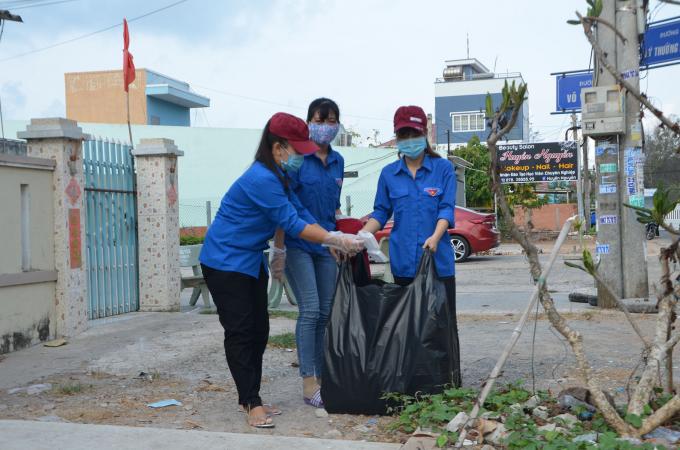 ĐVTN nhặt rác, tuyên truyền người dân chung tay vệ sinh môi trường sống.