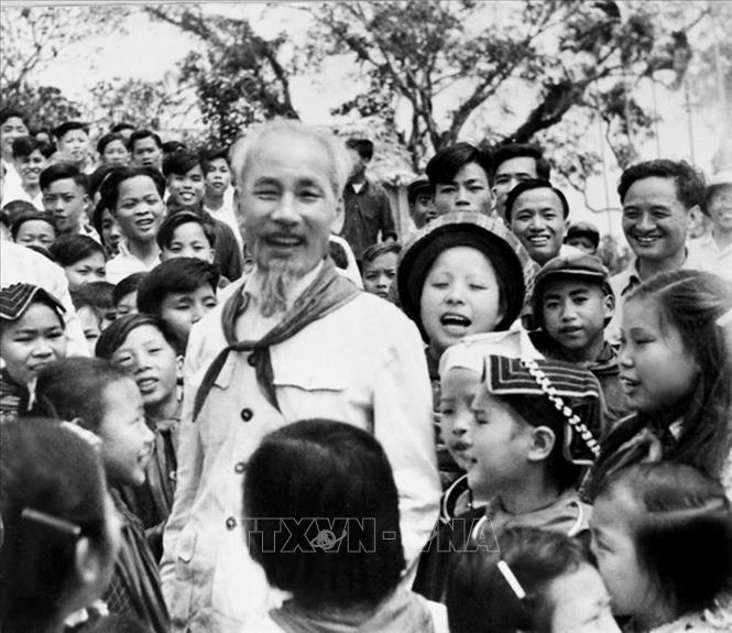 Bác Hồ với các cháu thiếu nhi vùng cao Việt Bắc (1960). Ảnh: Tư liệu TTXVN