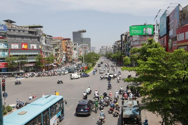 Hôm nay nắng nóng gay gắt bao trùm cả nước. Tại Hà Nội, nhiệt độ ngoài trời thực tế đo được tại nhiều khu vực cũng trên 40 độ C.