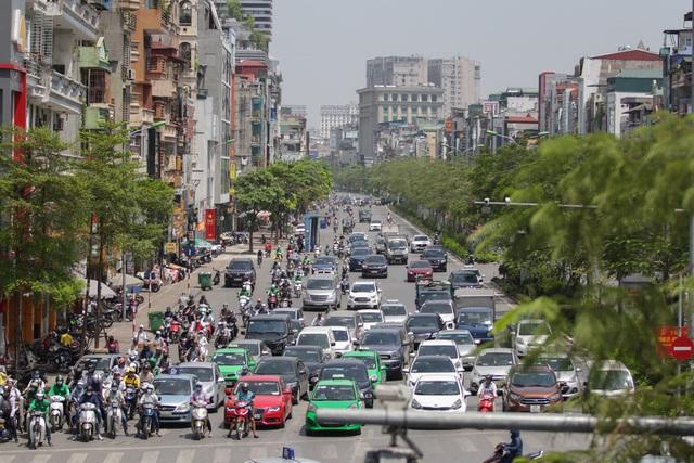 Những tuyến phố được phủ nhiều cây xanh như Xã Đàn cũng chỉ làm cho dịu mắt phần nào.