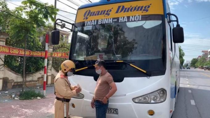 Lực lượng CSGT Công an huyện Thái Thụy, Thái Bình tiến hành dừng phương tiện để kiểm tra, xử lý.