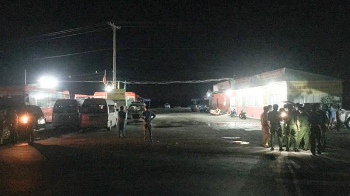 Lực lượng chức năng tiến hành phong tỏa bến xe Vị Thanh. (Ảnh: MH)