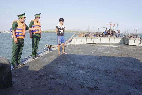 Lực lượng Ban Chỉ huy Biên phòng Cửa khẩu cảng BR-VT kiểm tra hành chính trên phương tiện HP 4393.