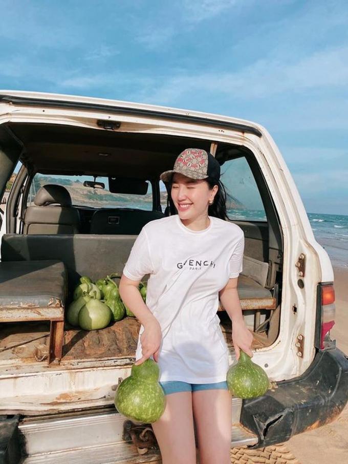 Bảo Thy khoe khéo chuyến đi thăm quan dự án đất biển của gia đình.