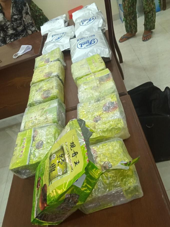Số ma túy và súng quân dụng bị thu giữ.