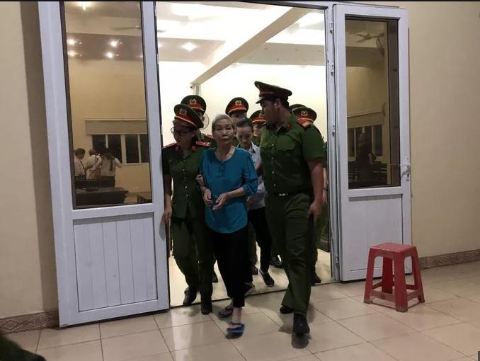 Lực lượng chức năng dẫn giải bị cáo Trịnh Thị Hồng Hoa vào phòng xét xử.