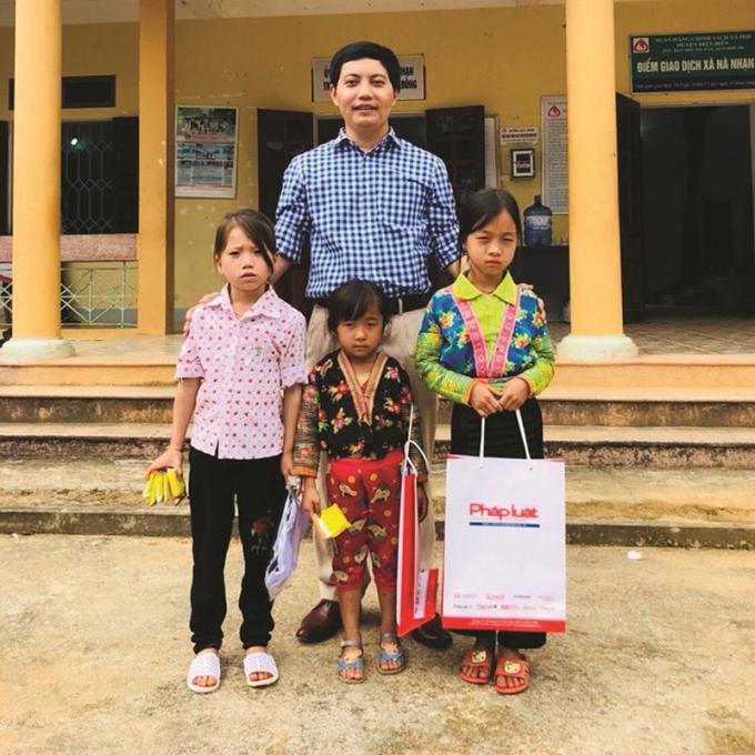 Phó Tổng biên tập Trần Đức Vinh trao quà cho trẻ em vùng cao tỉnh Điện Biên.