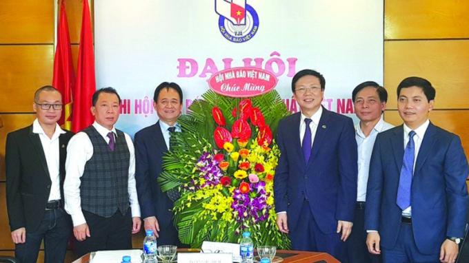 Ông Hồ Quang Lợi (thứ ba từ phải sang) chúc mừng Đại hội Chi hội nhà báo Báo Pháp luật Việt Nam nhiệm kỳ 2018 - 2020