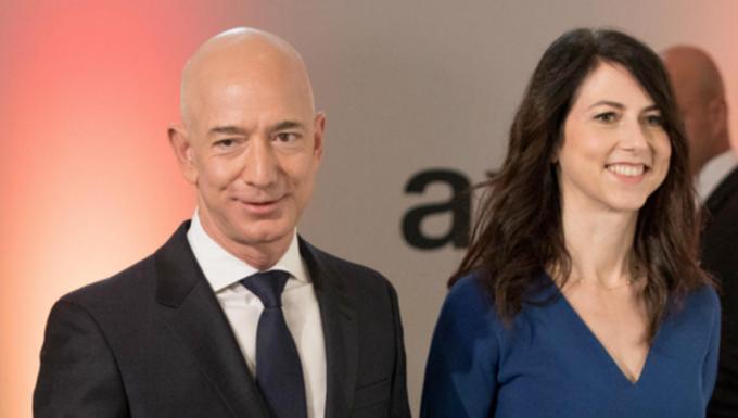 Ông Jeff Bezos và bà MacKenzie.