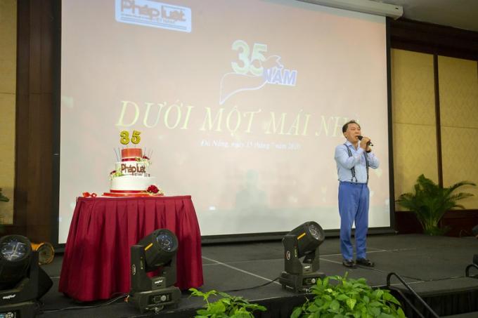 TS Đào Văn Hội, TBT Báo Pháp luật Việt Nam phát biểu tri ân các thế hệ cán bộ, phóng viên của Báo trong Gala