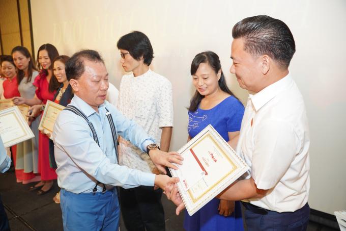 Ts Đào Văn Hội tặng giấy khen cho các cá nhân, tập thể đạt thành tích trong thời gian qua