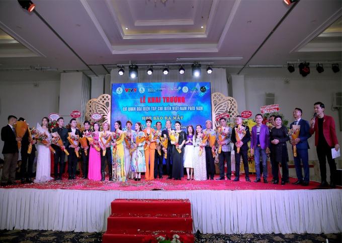 Kết chương trình tất cả khách mời, thí sinh đã cùng cất vang giai điệu bài hát Nối vòng tay lớn.