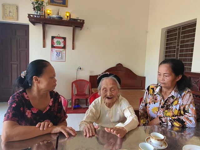 Bà mẹ Việt Nam anh Hùng Nguyễn Thị Hợp mẹ của 2 liệt sỹ kháng chiến chống Mỹ.