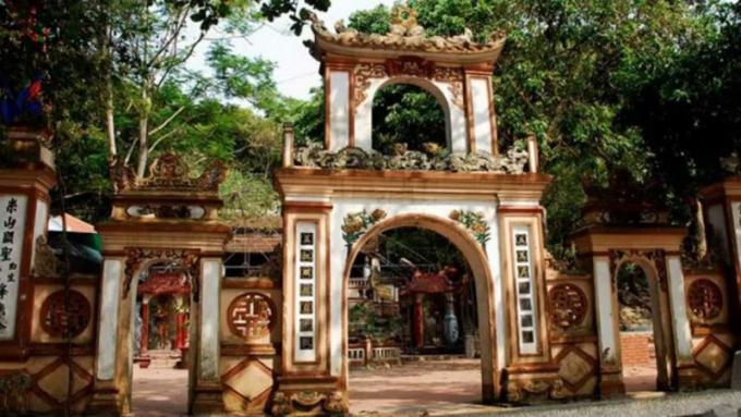 Tam quan đền với kiến trúc uy nghi, bề thế có tượng