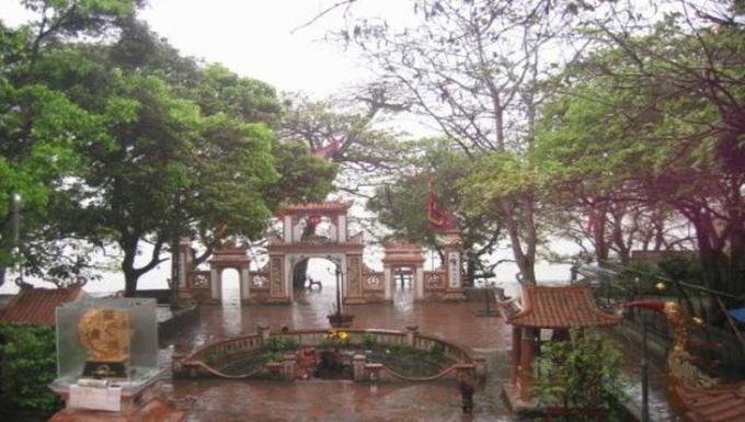 Đền Củi nằm ở vị trí địa linh, sơn thủy hữu tình, tựa lưng vào núi Hồng Lĩnh, hướng mặt ra sông Lam thơ mộng.