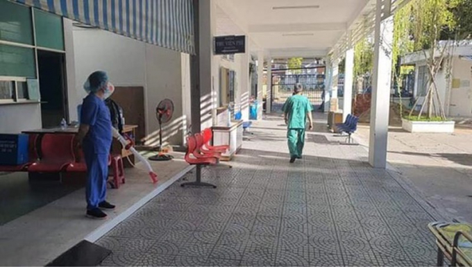 Trước khi được dỡ phong tỏa, Bệnh viện C Đà Nẵng đã tổng vệ sinh toàn bệnh viện (ảnh: Tiến Dũng).