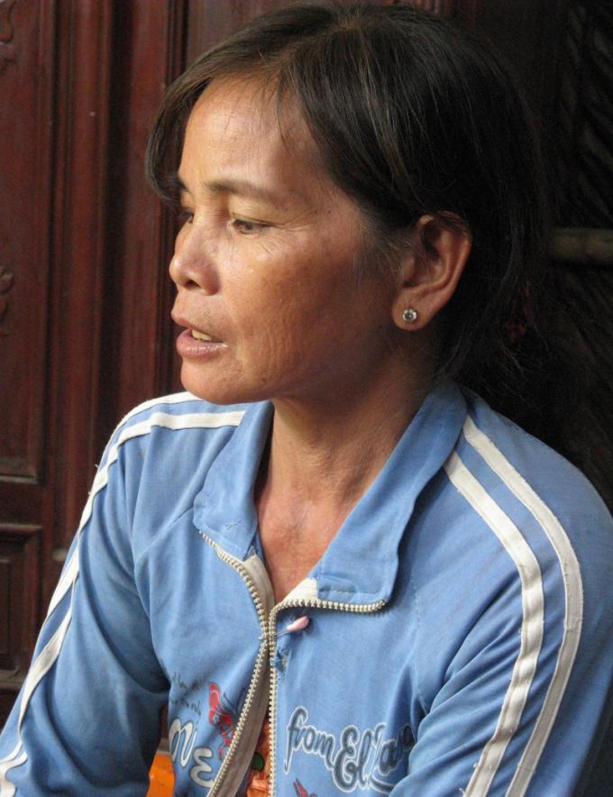 Bà Nguyễn Thị Bé Sáu kể lại chuyện.