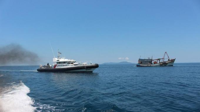 Tàu công vụ Malaysia (trái) và tàu cá Việt Nam. Ảnh: MMEA/VOV