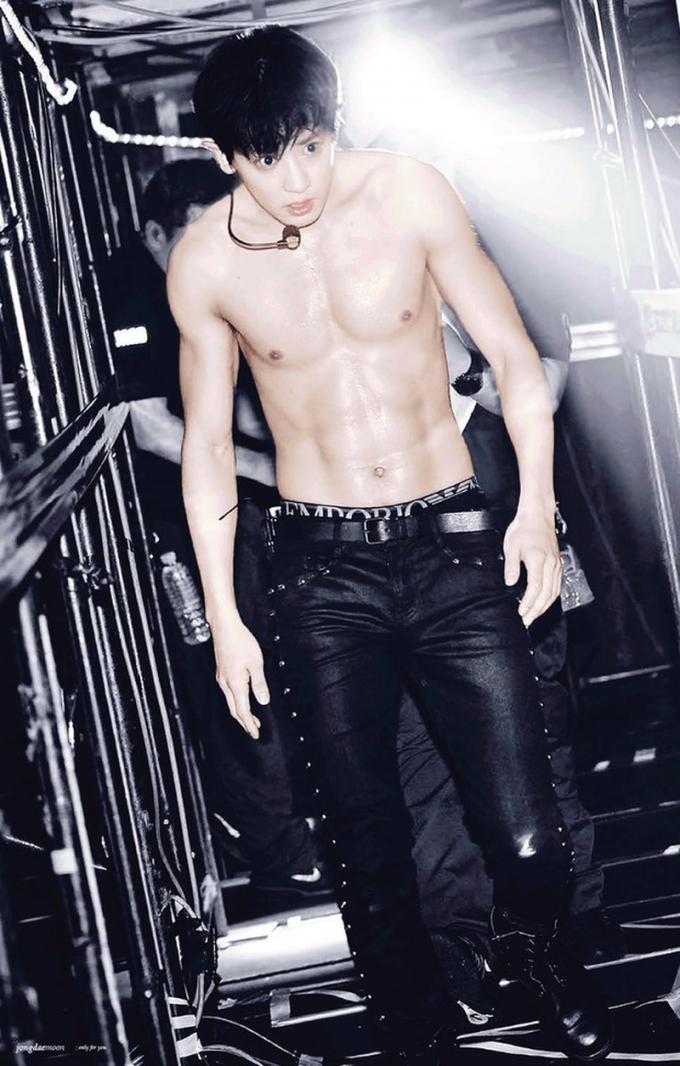 Vóc dáng săn chắc của Chan Yeol (EXO) sau thời gian ăn uống nghiêm ngặt và tập luyện chăm chỉ.