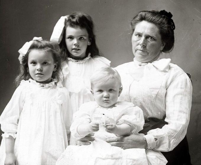 Bức ảnh bà LaLaurie - chủ nhân ngôi biệt thự và các con chụp 150 năm trước.