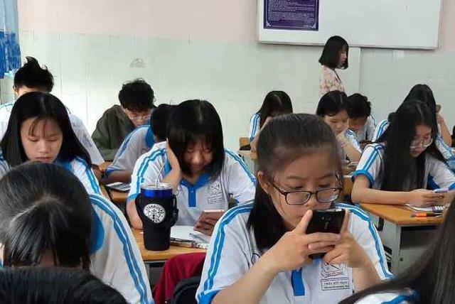 Lo ngại về ứng xử của giới trẻ, trong đó có học trò, với mặt trái của chiếc điện thoại thông minh là điều mà chúng ta chưa giải quyết được.