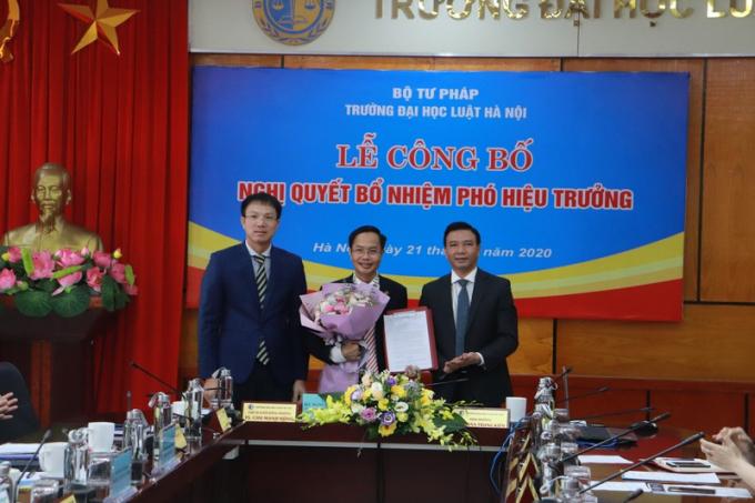 Lãnh đạo ĐH Luật Hà Nội chúc mừng ông Lê Đình Nghị.