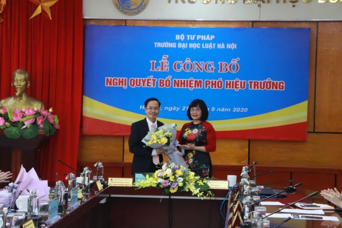 Thứ trưởng Đặng Hoàng Oanh chúc mừng tân Phó Hiệu trưởng Lê Đình Nghị.