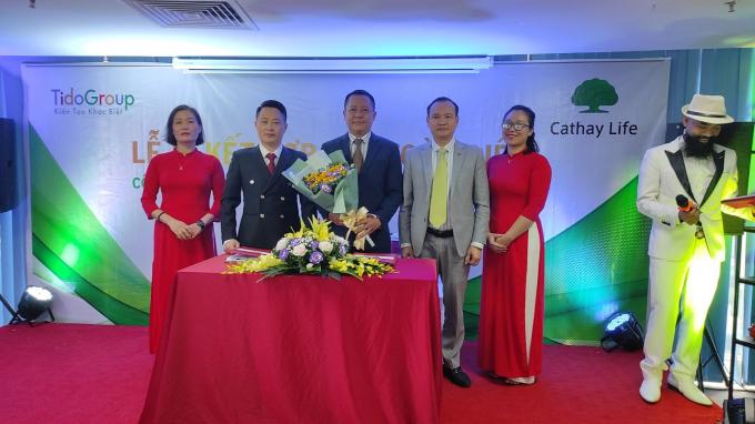 Ông Trần Anh Tuấn – Phó chủ tịch HĐQT Công ty Tido Group (đứng thứ 4 từ trái sang phải) đại diện công ty tặng hoa đối tác tại buổi lễ.