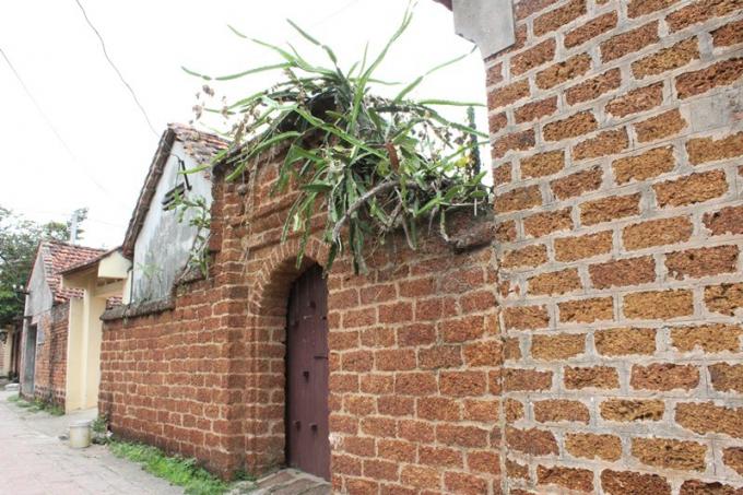 Bức tường đá ong ở làng cổ Đường Lâm.