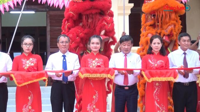 Ông Trần Văn Nam – Bí thư Tỉnh ủy tỉnh Bình Dương cắt băng khánh thành các công trình chào mừng Đại hội Đảng bộ tỉnh Bình Dương lần thứ XI.