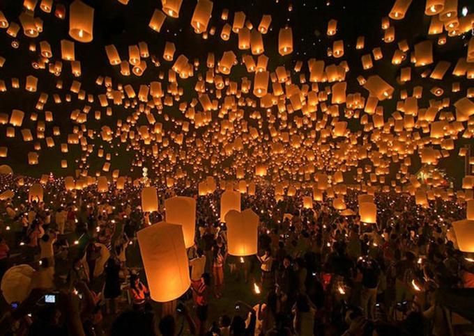 Lễ hội thả đèn lồng trong ngày trung thu ở Chiang Mai (Thái Lan) thu hút hàng nghìn du khách và phật tử tới tham gia.