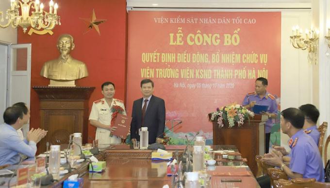 Đồng chí Lê Minh Trí, Ủy viên Trung ương Đảng, Bí thư Ban cán sự Đảng,Viện trưởng VKSND tối cao trao Quyết định và tặng hoa chúc mừng đồng chí Đào Thịnh Cường.