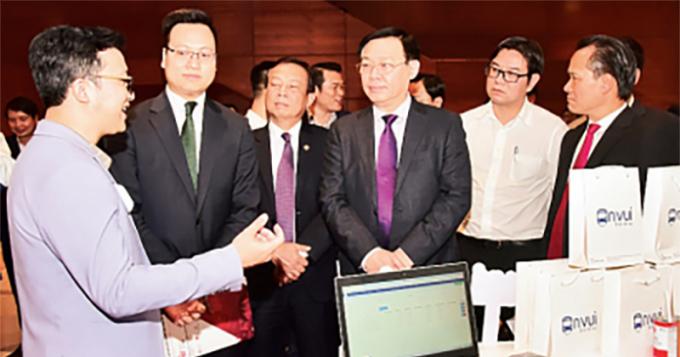 Bí thư Thành ủy Hà Nội Vương Đình Huệ tham quan triển lãm giới thiệu các sản phẩm công nghệ tại Ngày hội Đổi mới sáng tạo Thủ đô.