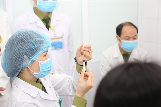Bác sĩ chuẩn bị tiêm mũi vaccine ngừa COVID-19 Nano Covax nhóm liều 50mcg cho tình nguyện viên.