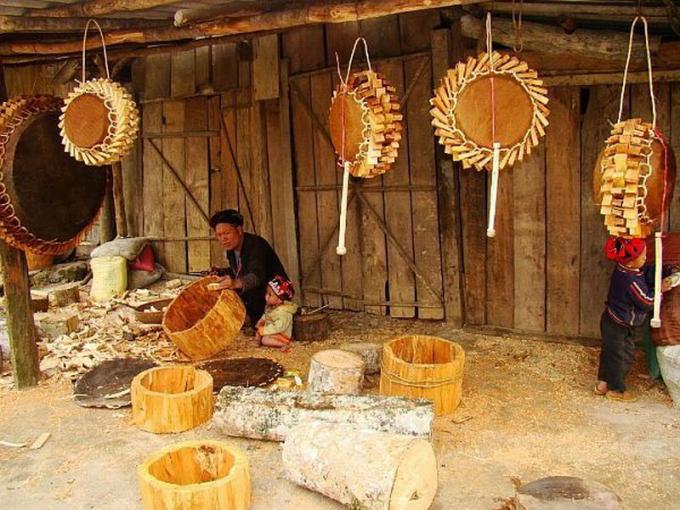 Những nghệ nhân người Dao đỏ làm trống ở Sa Pa.