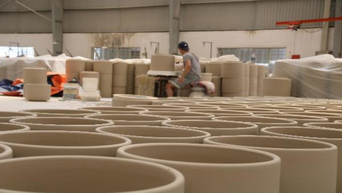 Công nhân đang hoàn thiện các sản phẩm gốm tại làng nghề Tân Hạnh – Biên Hòa.