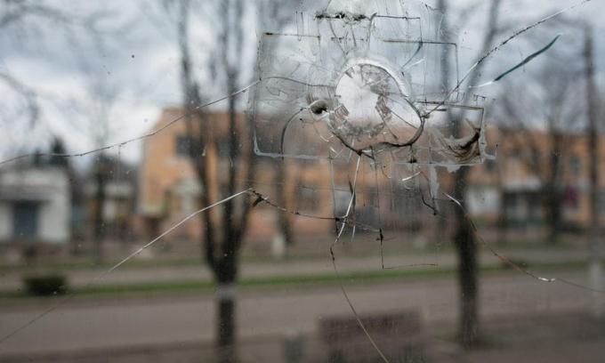 Gần như mọi ngôi nhà ở Marinka đều có dấu hiệu tàn phá bởi chiến tranh. (Ảnh: The Guardian)