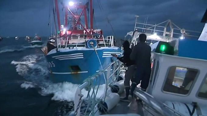 Tàu cá Pháp và chạm với tàu cá Anh.