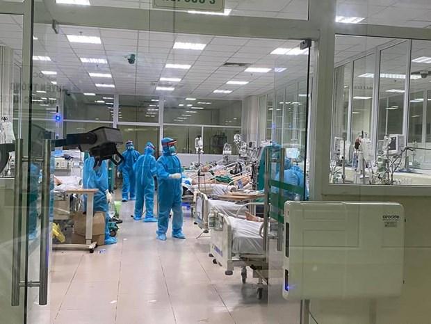Chăm sóc cho bệnh nhân tại Bệnh viện Bệnh Nhiệt đới Trung ương. (Ảnh: PV/Vietnam+)