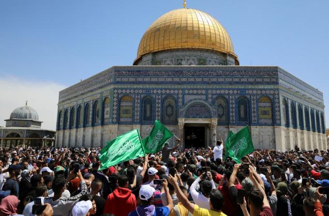 Những hình ảnh tại khu vực đền thờ Al-Aqsa nơi người Palestine tụ tập vẫy cờ Hamas để phản đối hành động lấy đất của chính quyền Israel.