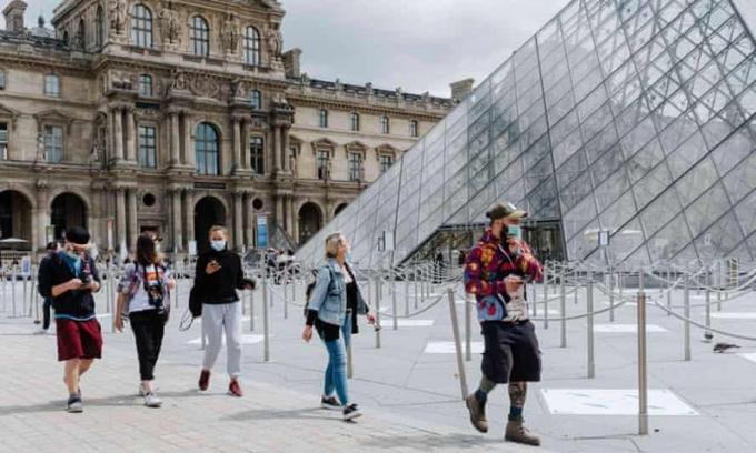 Thăm quan bảo tàng Louvre (Pháp) phải xuất trình chứng nhận sức khoẻ hợp lệ.